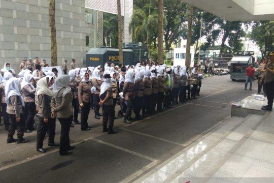 Polwan berhijab putih siap amankan demonstran di DPRD Sumut