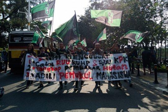 Massa penolak dan pendukung revisi UU KPK bertemu di DPR