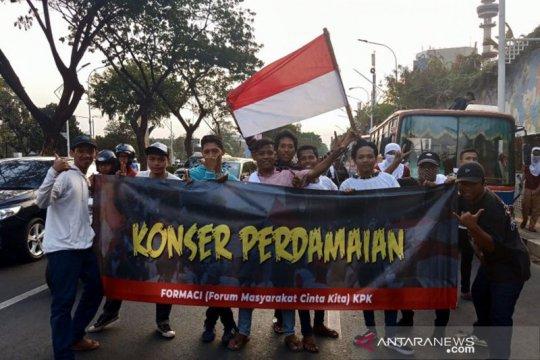 Massa bawa spanduk berkeliling Senayan serukan aksi damai