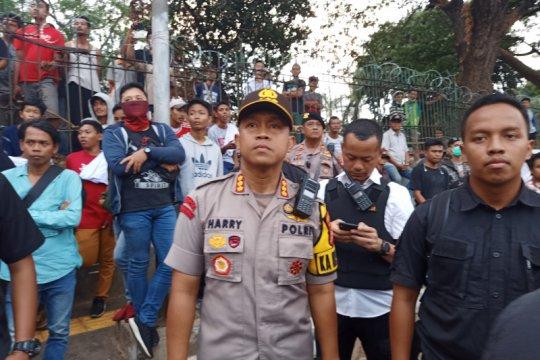 Polisi sekat Jalan Gatot Subroto untuk demonstran yang pro dan kontra