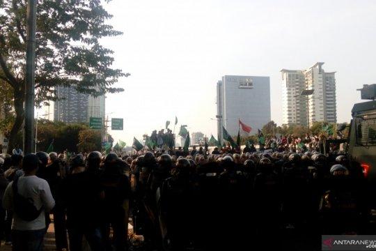 Massa HMI berusaha menerobos menuju Gedung DPR-MPR RI