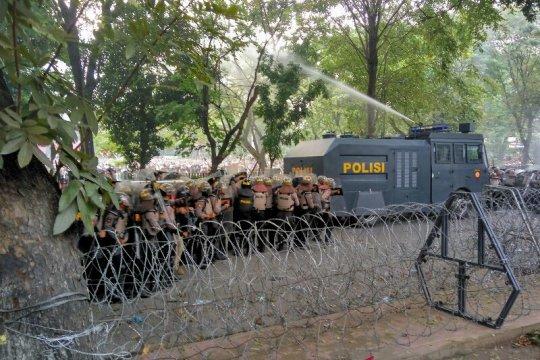 Aksi demo di DPRD Sumut kembali ricuh