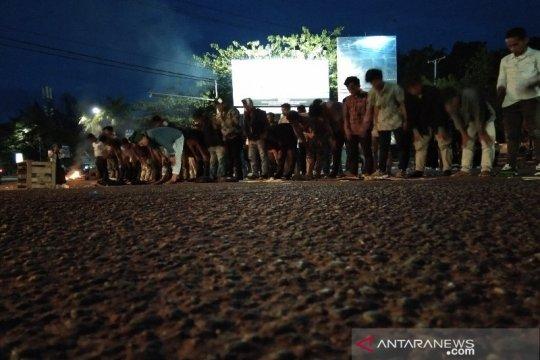 Lakukan aksi unjuk rasa, HMI Sultra shalat di tengah jalan