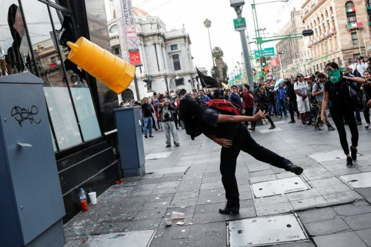 Unjuk rasa di Meksiko meluas, massa melempar batu ke Kedubes AS