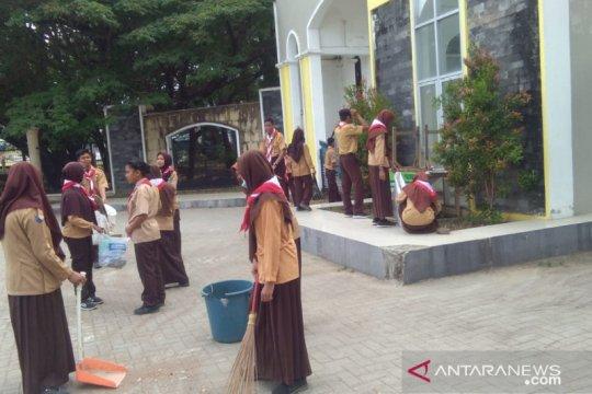 Siswa pramuka dan TNI bersihkan puing sampah usai unjuk rasa