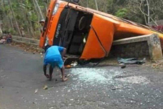 Polisi menangani minibus terguling di Jombang akibatkan dua meninggal