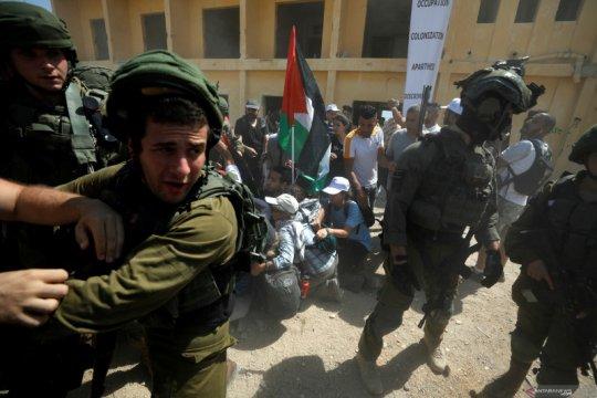 Ayah dan putrinya termasuk 17 orang Palestina yang ditangkap Israel