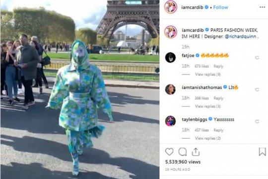 Cardi B tutupi muka hingga kaki dengan baju bunga-bunga di Paris