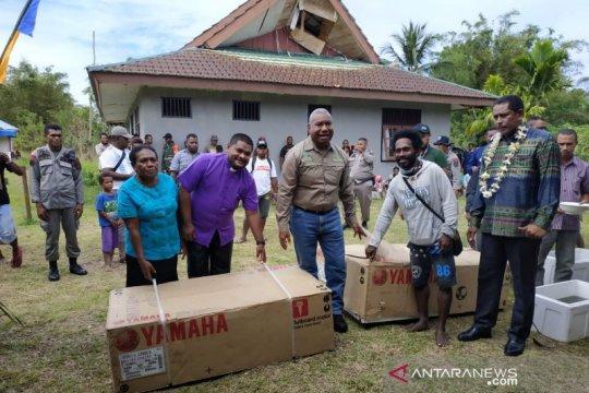 Bantuan paket perahu mesin diberikan kepada nelayan Tambrauw