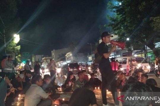 Di depan Mapolda NTT mahasiswa Kupang gelar aksi seribu lilin