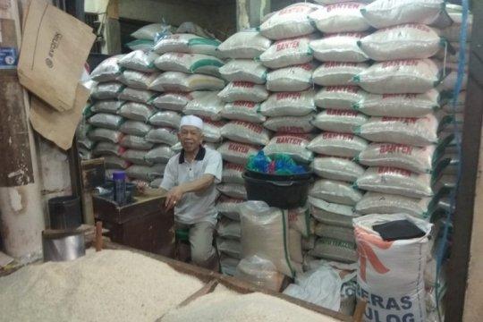 Stok melimpah, omzet pedagang beras di Lebak anjlok 60 persen