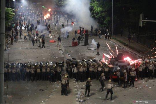 Polisi dorong demonstran menjauh dari Tower BNI