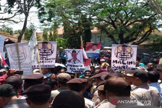 Ratusan orang berunjuk rasa protes kecurangan pilkades di Pamekasan