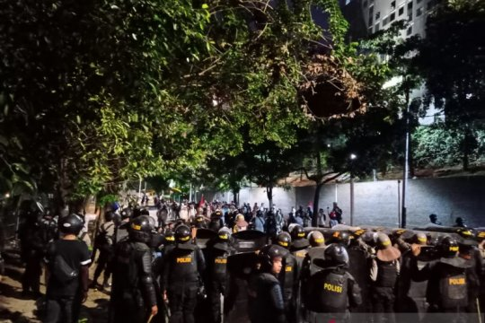 Polisi pecah konsentrasi massa di Palmerah arah Kebayoran, Jakarta
