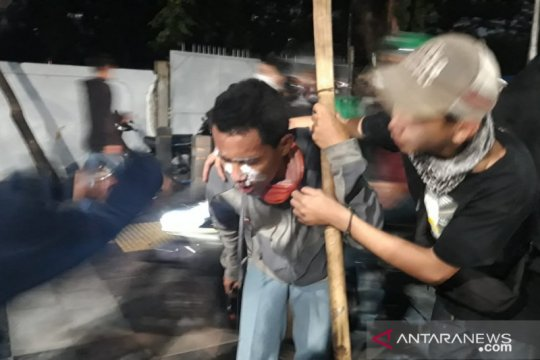 Massa demonstran bentrok dengan aparat di sekitar kawasan Semanggi