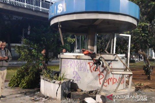 Massa merusak dan membakar Pospol Atmajaya