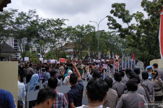 Ribuan mahasiswa Kalbar unjuk rasa saat pelantikan wakil rakyat