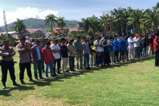 Polisi dan mahasiswa di Mamuju shalat gaib bersama