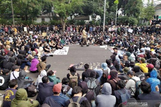 Ribuan mahasiswa kembali padati Gedung DPRD Jabar