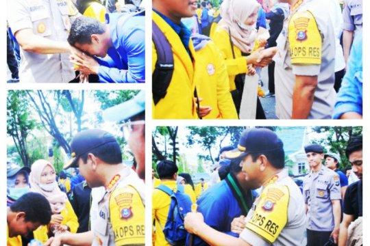 Usai berdemo, mahasiswa dan polisi saling berjabat tangan