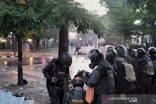 Pedemo di Bandung tembakan petasan ke arah polisi