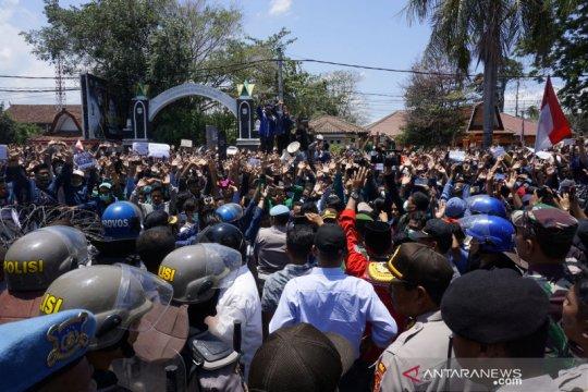 Mahasiswa-rakyat unjuk rasa depan DPRD NTB