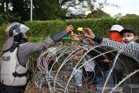 Demo DPR, Polisi bagikan minuman pada pedemo