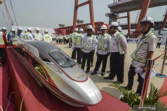 Pemasangan girder kereta cepat Jakarta - Bandung