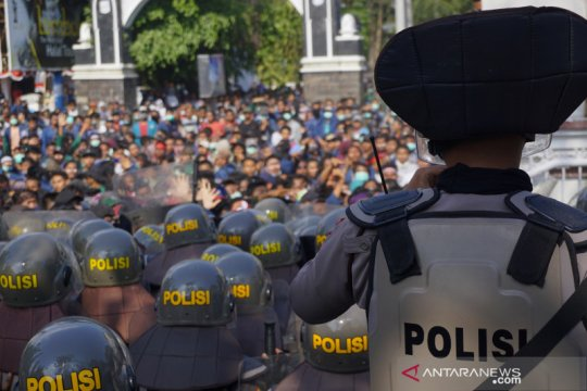 Ratusan mahasiswa bersikeras masuk Gedung DPRD NTB