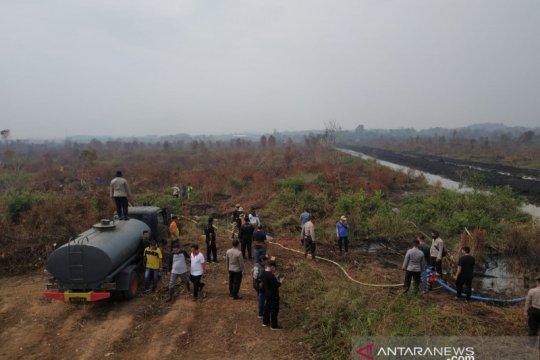 Dishut Kalsel kendalikan air irigasi ke lokasi kebakaran lahan gambut