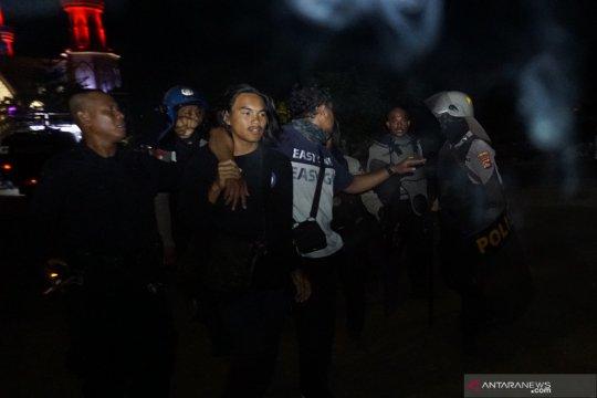 Demo mahasiswa, polisi tangkap tiga pedemo depan DPRD NTB