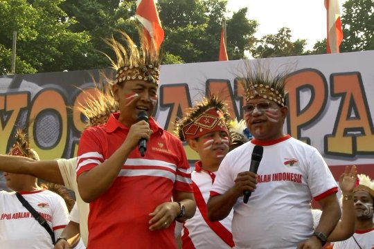 Wiranto bernyanyi bersama warga Papua di CFD