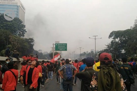 DPR tunda pengesahan 4 RUU, demo tetap berlanjut