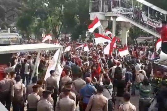 Massa desak pimpinan KPK mundur