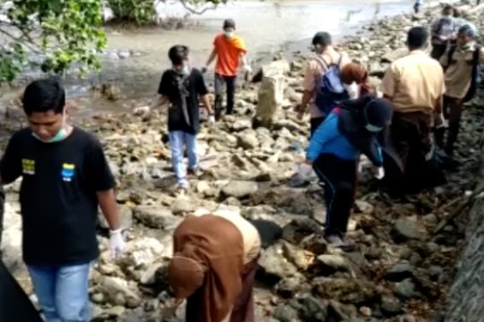 Komunitas pemuda bersihkan sampah plastik di Pantai Kolaka
