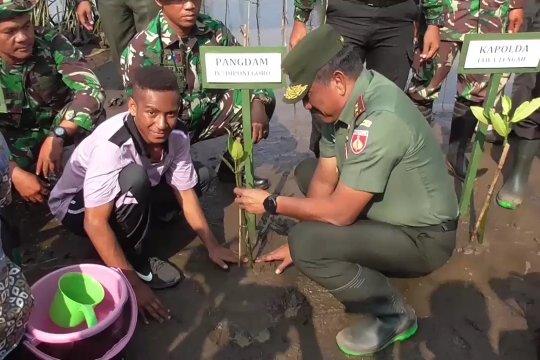Bersama TNI tanam mangrove agar pantai tak abrasi