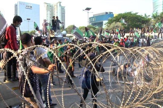 Massa HMI berunjuk rasa di depan gedung parlemen