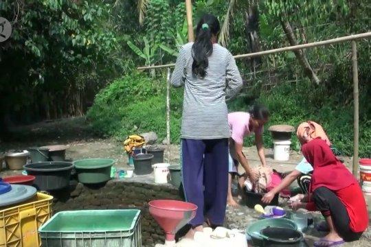 Kekeringan, warga Lebak manfaatkan sumur resapan di sungai yang mengering