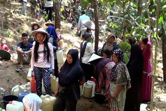 Krisis, warga Pekalongan mencari air bersih sampai hutan