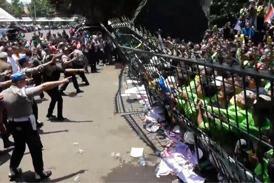 Mahasiswa robohkan gerbang DPRD Jateng