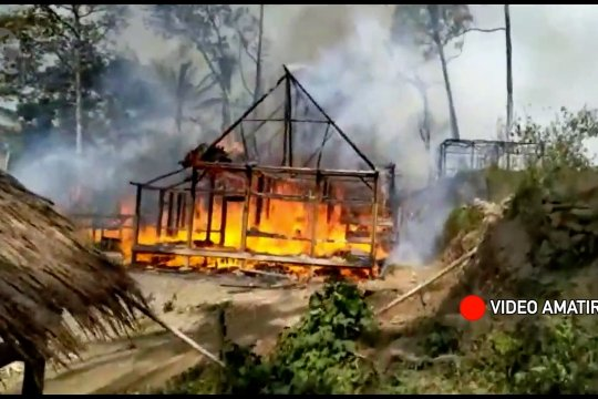 Puluhan rumah warga suku Baduy luar terbakar