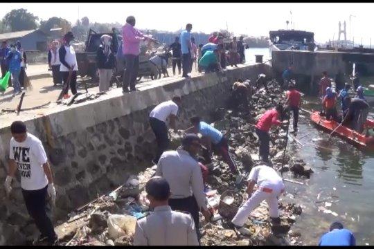 Ribuan orang bersihkan laut dan pantai di Kendari