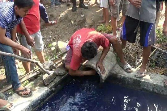 Sungai tercemar, warga tutup saluran limbah pabrik