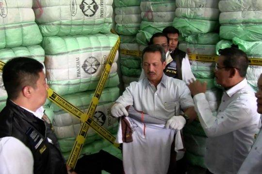 Kemendag sita 551 bal pakaian bekas impor di Bandung