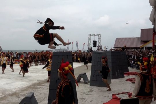 Lompat batu massal di Sail Nias pecahkan rekor Muri