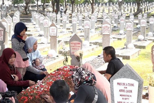 Masyarakat berziarah ke makam Habibie