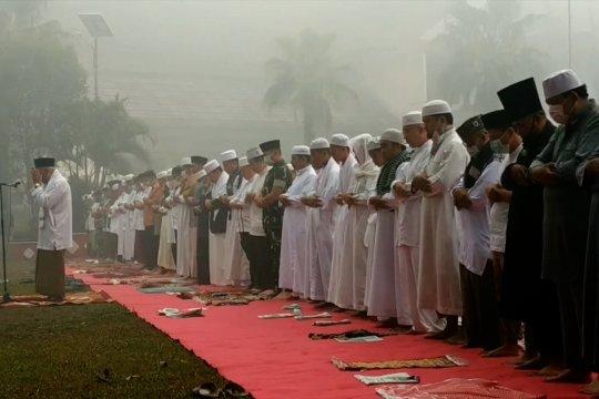 Masyarakat Sampit  salat minta hujan di tengah kabut asap