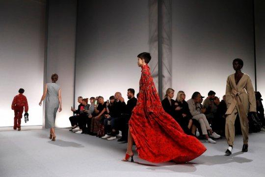 Givenchy hadirkan suasana 1990-an di Pekan Mode Paris