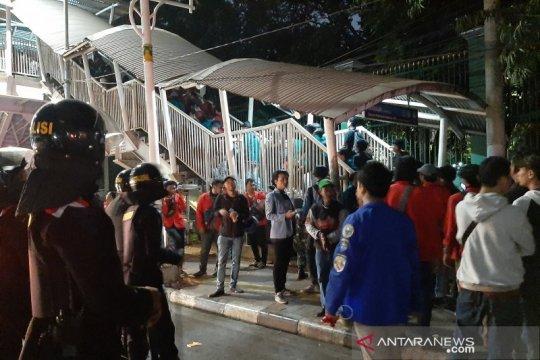 Mahasiswa membubarkan diri dengan teriakan menolak kericuhan