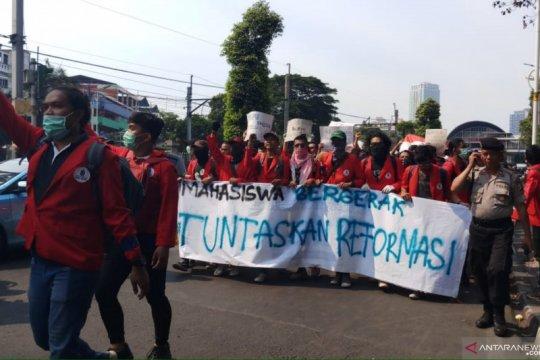 Demo DPR, Mahasiswa berdatangan di Stasiun Palmerah
